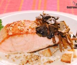Receta de salmón a la plancha con setas, picatostes y almendras