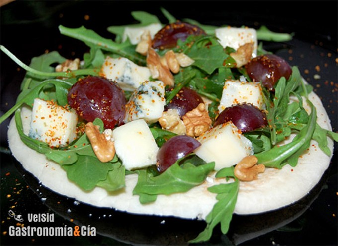 Ensalada de rúcula queso y uvas