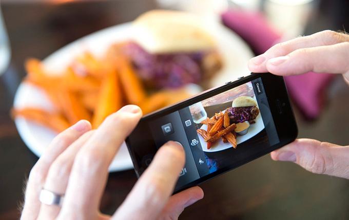 Compartir fotografías de platos en las redes sociales