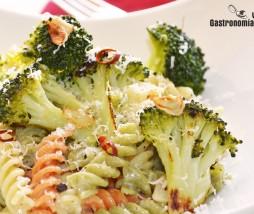 Pasta con brócoli, ajo, guindilla y parmesano