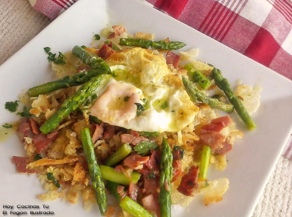 Hoy Cocinas Tú: Migas con jamón, huevo frito y espárragos