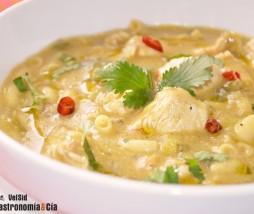 Sopa de pasta con pavo, leche de coco y curry