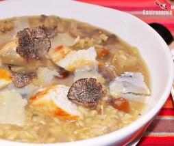 Sopa con pollo, setas y trufa negra fresca