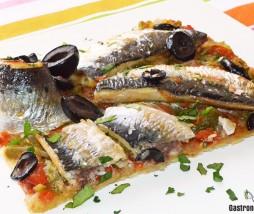 Coca de sardinas y pimientos