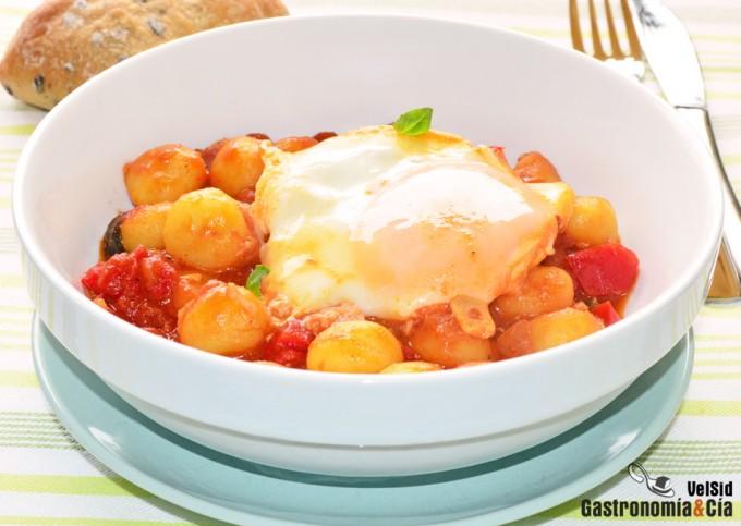 Ñoquis con tomate y huevos