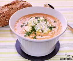 Sopa de tomate y requesón
