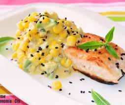 Receta de salmón con curry de maíz y aguacate