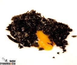 Huevos de caserío con teja de patata negra