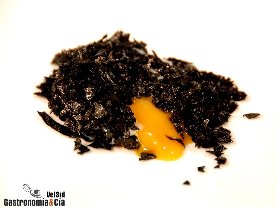 Huevo, patata y tinta de calamar de Íñigo Lavado
