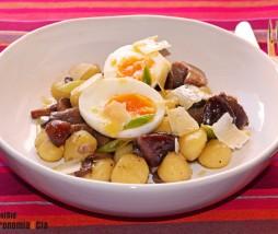Gnocchi con setas y huevo