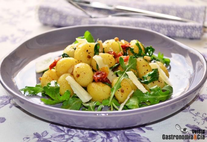 Gnocchi, rúcula, piñones, tomate