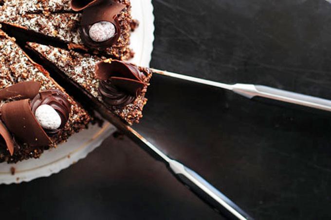 Cortar la primera porción del pastel