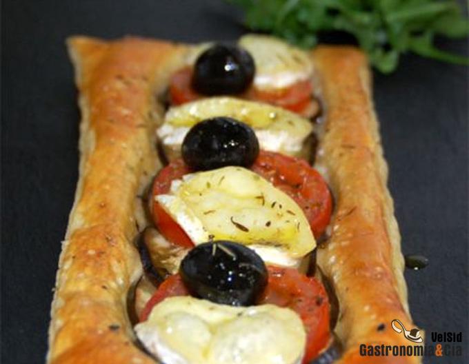Hojaldre con berenjena, tomate y queso