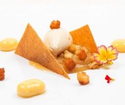 Corte de manzana, espéculos de naranja y mousse de chocolate blanco con yogur de curry