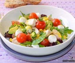 Receta de ensalada con pavo, tomate, mozzarella y aguacate