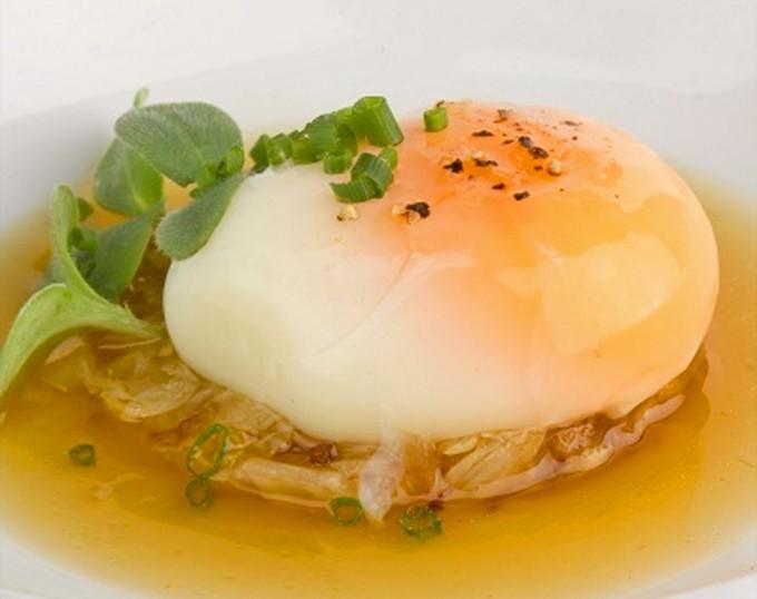 Huevo a baja temperatura sobre berza y caldo untuoso de panceta