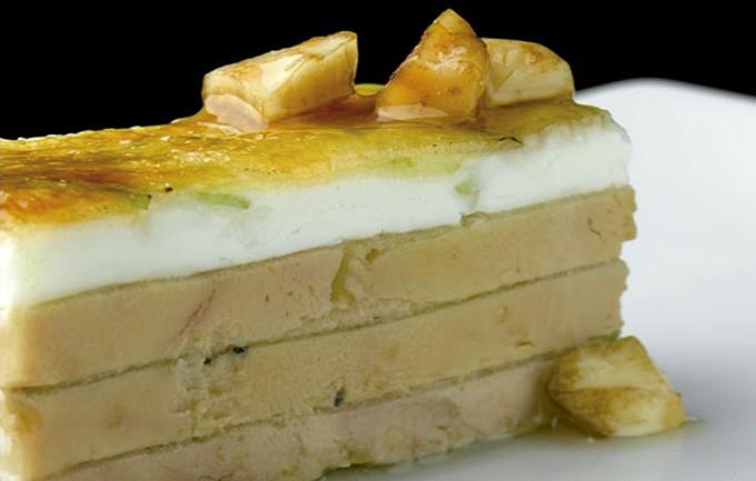 Milhojas de foie gras con queso de cabra y manzana caramelizada