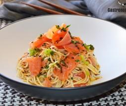 Noodles con salmón y aderezo de soja