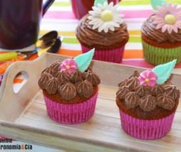 Pastelitos de turrón y frosting de chocolate