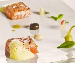 Ventresca de salmón con salsa tártara en deconstrucción