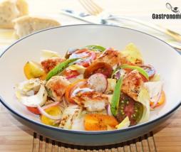 Ensalada de endibias con tomatitos, pavo y vinagreta