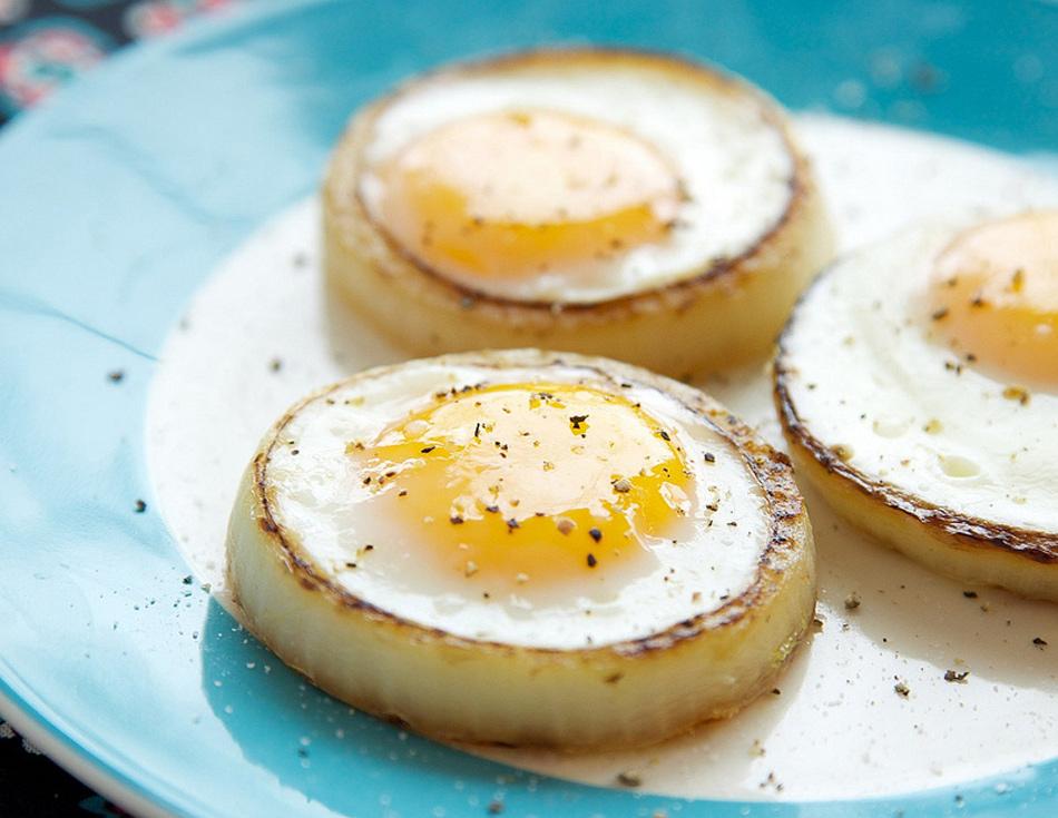 Truco de cocina un aro de cebolla para cocinar un huevo a for Cocinar yemas de huevo