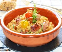 Arroz con salchichas, tomate y queso
