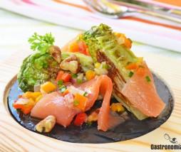Ensalada de salmón y vinagreta de pimientos