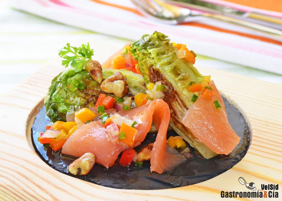 Cogollos a la plancha con salmón y vinagreta de pimientos