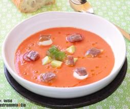 Salmorejo con anchoas, aguacate y mozzarella