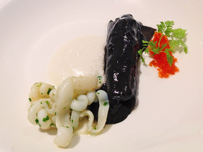 Canelón de calamar en su tinta con leche de almendras tiernas