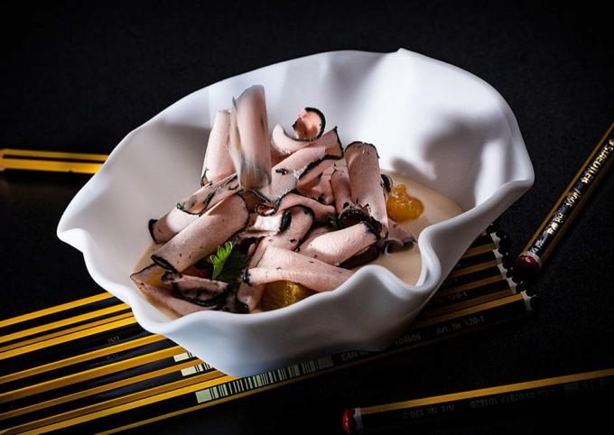 Yogur de foie con naranjas escabechadas y virutas heladas de anguila ahumada