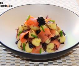 Gnocchi con salmón ahumado, nori y huevas