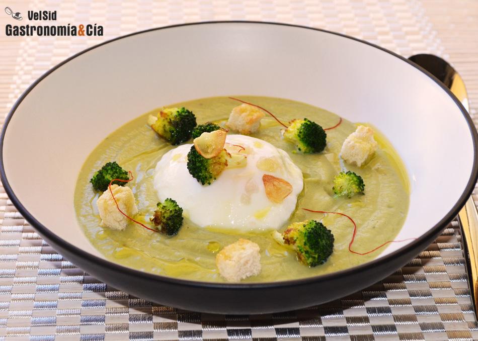Crema de brócoli con huevo escalfado