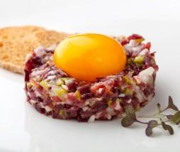 Tartar de jamón ibérico de Bellota y yema curada