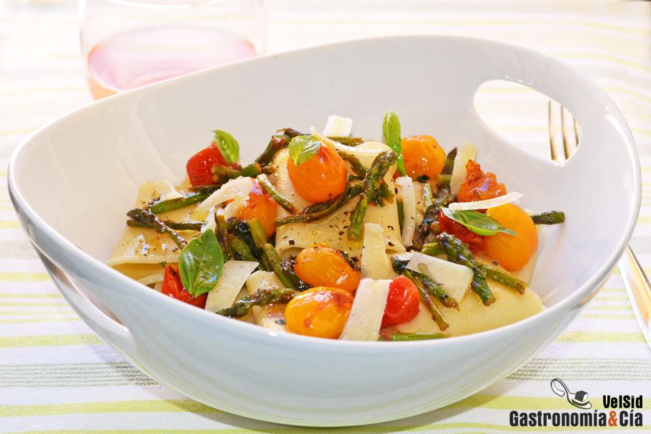 Pasta calamarata con espárragos y tomates cherry
