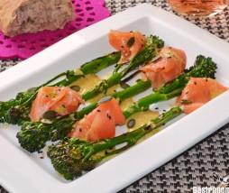 Bimi a la parrilla con salmón ahumado y salsa de mostaza y miel
