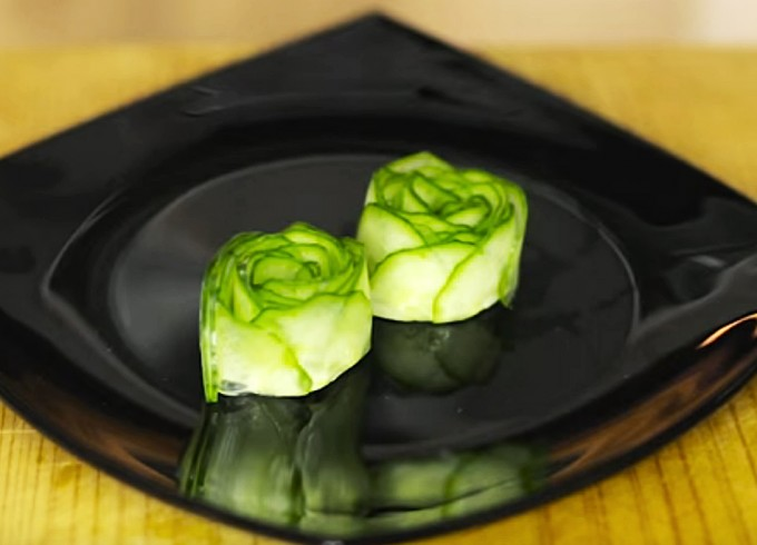C mo hacer una rosa de pepino para decorar los platos - Como decorar platos ...