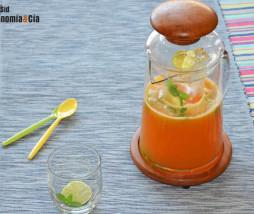 Agua fresca de melocotón, lima y hierbabuena