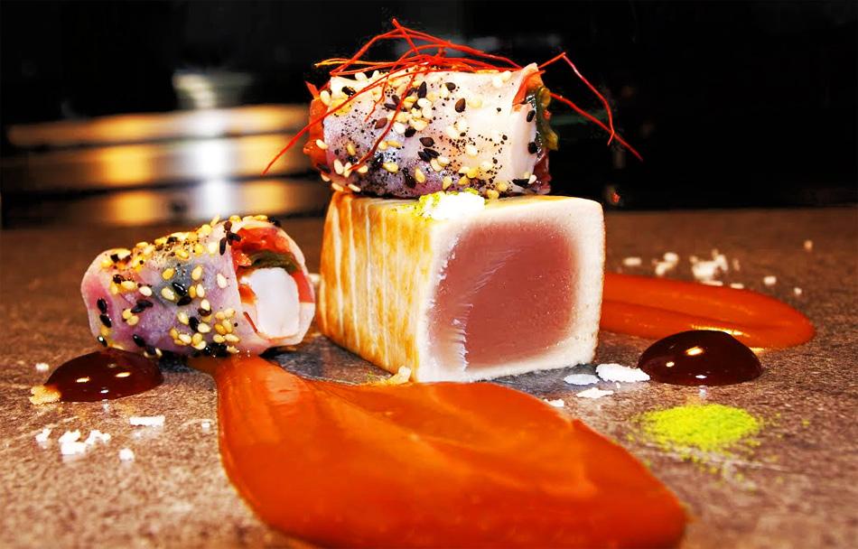 Tataki de bonito sobre crema de marmitako, nem de gamba roja y algas
