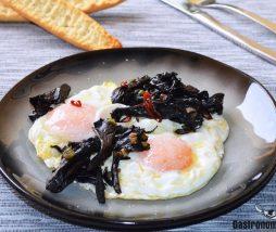 Huevos con setas, ajos tiernos y guindilla