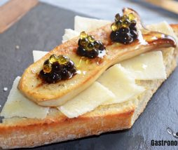 Tapa de pan de coca con setas, queso y esferificaciones