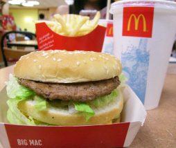 Tomar una Coca Cola en McDonalds