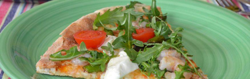 Pizza con espárragos, gambas, tomates y mozzarella