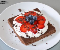 Pastel fitness de chocolate con frutos rojos