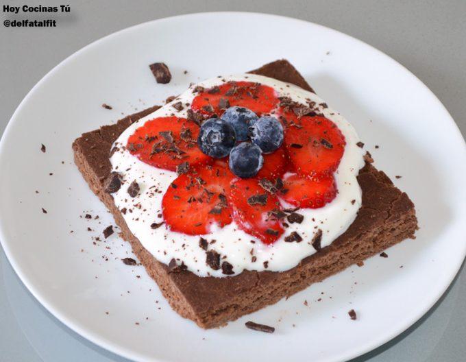 Pastel fitness de chocolate con frutos rojos