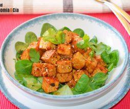 Tofu con miel, sriracha y sésamo
