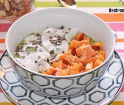 Gachas de avena con té matcha, papaya y coco