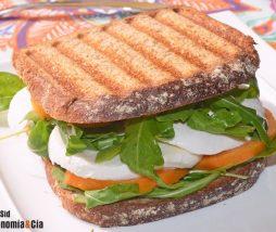 Sándwich de mozzarella, melocotón y albahaca