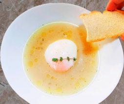 Sopa de farigola y pan tostado